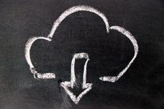 Dibujo de tiza blanco como icono de la nube y abajo de la flecha en tablero negro fotos de archivo libres de regalías
