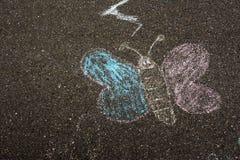 Dibujo de tiza de la mariposa en Asphalt Ground Children Playing Playg Imagen de archivo libre de regalías