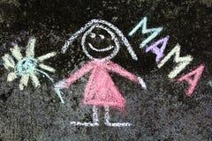 Dibujo de tiza: retrato y palabra MAMÁ de la madre fotos de archivo