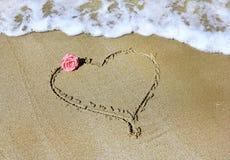 Dibujo de un corazón con color de rosa y el mar Fotos de archivo libres de regalías