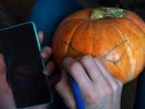 Dibujo de un dibujo en una calabaza para Halloween imagen de archivo