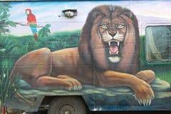 Dibujo de un león que miente en la hierba Fotografía de archivo