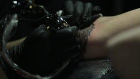 Dibujo de un tatuaje en el brazo metrajes