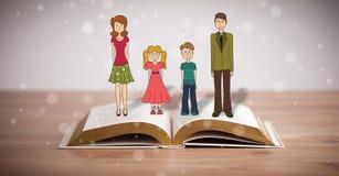 Dibujo de una familia feliz en el libro abierto Imagen de archivo libre de regalías