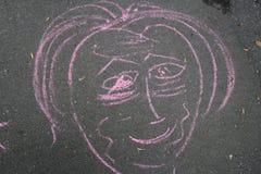 Dibujo de una forma de la cara en tiza rosada Foto de archivo