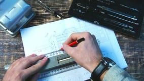 Dibujo de una línea del lápiz en la regla Fotos de archivo