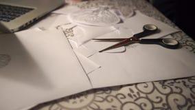 Dibujo del árbol en el papel que miente en la tabla almacen de metraje de vídeo