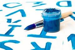 Dibujo del alfabeto Proceso de crear la fuente de la acuarela Foto de archivo
