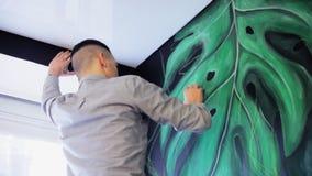 Dibujo del artista de la pintada en la pared Prepara una pared, dibuja un bosquejo metrajes