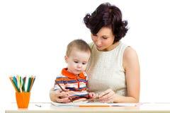 Muchacho del niño y lápiz de la madre Foto de archivo libre de regalías