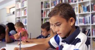Dibujo del colegial en libro en sala de clase almacen de video