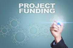 Dibujo del hombre de negocios en la pantalla virtual Concepto de la financiación de proyecto foto de archivo libre de regalías