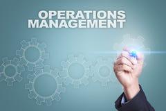 Dibujo del hombre de negocios en la pantalla virtual concepto de la gestión de operaciones Imagenes de archivo