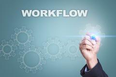 Dibujo del hombre de negocios en la pantalla virtual Concepto del flujo de trabajo imágenes de archivo libres de regalías