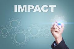 Dibujo del hombre de negocios en la pantalla virtual concepto del impacto foto de archivo libre de regalías