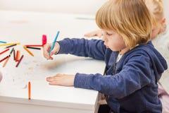 Dibujo del muchacho con los creyones coloridos fotografía de archivo