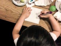 Dibujo del muchacho travieso en la tabla de madera imagen de archivo libre de regalías