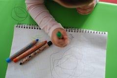 Dibujo del niño con los creyones Imagen de archivo libre de regalías