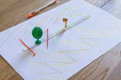 Dibujo del ` s de los niños en el trozo de papel blanco Fotos de archivo libres de regalías