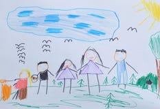 Dibujo del ` s de los niños: La mamá, el papá y los niños caminan en el bosque, escogiendo prolifera rápidamente Concepto activo  Imagen de archivo