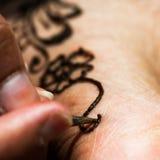 Dibujo del tatuaje de la alheña con el primer herbario de la macro de la composición del cuadrado del diseño floral del tinte a p Imágenes de archivo libres de regalías