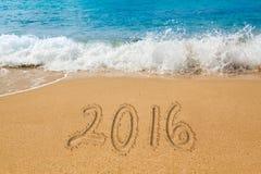 Dibujo en arena por el océano de la palabra 2016 Fotos de archivo
