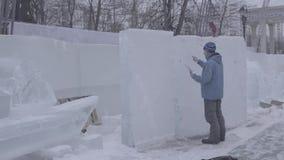 Dibujo en la nieve Prepárese para cortar el hielo Prepárese para comenzar a hacer la escultura de hielo Para pintar la nieve Dren almacen de video