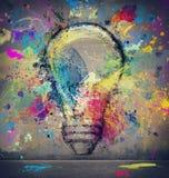 Dibujo en una pared de una bombilla grande Concepto de innovación y de creatividad ilustración del vector