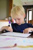 Dibujo envejecido preescolar del niño con los marcadores en casa fotos de archivo libres de regalías