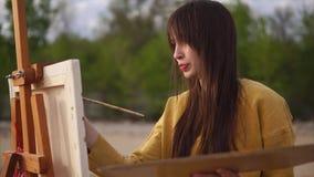 Dibujo expresivo de la imagen del pintor hermoso de la mujer almacen de metraje de vídeo