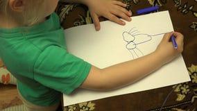 Dibujo feliz de la niña con los lápices en casa 4K UltraHD, UHD almacen de metraje de vídeo