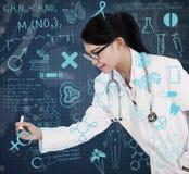 Dibujo femenino asiático del doctor en la pantalla transparente Imagenes de archivo