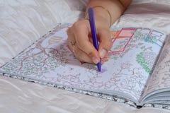 Dibujo femenino de la mano con el creyón en la tensión anti adulta Fotografía de archivo libre de regalías