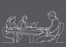 Dibujo lineal continuo de tres compañeros de trabajo que trabajan en los ordenadores portátiles ilustración del vector