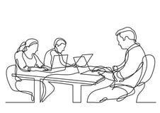 Dibujo lineal continuo de tres compañeros de trabajo que trabajan en los ordenadores portátiles stock de ilustración