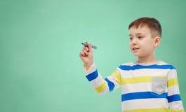 Dibujo o escritura del niño pequeño con el marcador Imagenes de archivo
