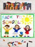 Dibujo: Palabra DE NUEVO A ESCUELA y a niños felices Foto de archivo