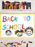 Dibujo: Palabra DE NUEVO A ESCUELA y a niños felices Imagen de archivo