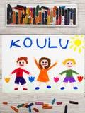 Dibujo: Palabra finlandesa ESCUELA y niños felices Imágenes de archivo libres de regalías