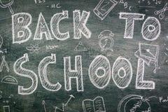 Dibujo a pulso de nuevo a escuela en la pizarra Fotografía de archivo libre de regalías