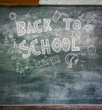 Dibujo a pulso de nuevo a escuela en la pizarra Foto de archivo libre de regalías