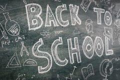 Dibujo a pulso de nuevo a escuela en la pizarra Imagenes de archivo