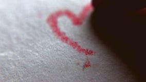 Dibujo rojo del corazón por el lápiz el día de tarjeta del día de San Valentín, cierre para arriba