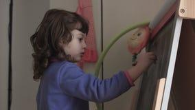Dibujo sincero del niño en una pizarra SF almacen de metraje de vídeo