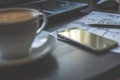 Dibujo, smartphone y café técnicos Foto de archivo libre de regalías