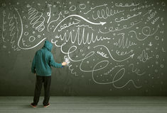 Dibujo urbano joven del pintor Fotos de archivo