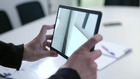 Dibujo virtual de la casa en la tableta existencias Tableta de la tenencia del hombre de negocios con proyecto de la realidad vir foto de archivo