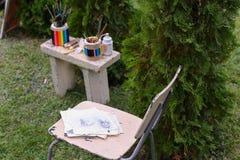 Dibujo y silla de los materiales de la foto en los cuales el lápiz de mentira bosqueja Foto de archivo libre de regalías