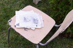 Dibujo y silla de los materiales de la foto en los cuales el lápiz de mentira bosqueja Fotos de archivo libres de regalías