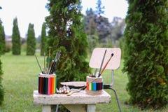 Dibujo y silla de los materiales de la foto en los cuales el lápiz de mentira bosqueja Fotos de archivo